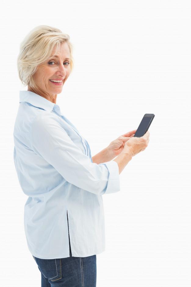 mulher-madura-feliz-enviando-um-texto-em-fundo-branco_13339-274085