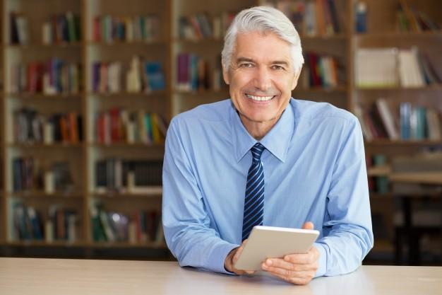 sorrindo-de-negocios-senior-usa-a-tabuleta-digital_1262-2358