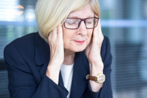 cara-forcada-de-mulher-de-negocios-senior-em-oculos_1262-5835