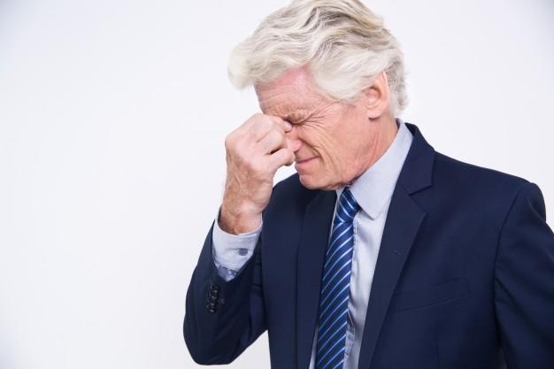 homem-de-negocios-forcado-caucasiano-senior-esfregando-os-olhos_1262-2161