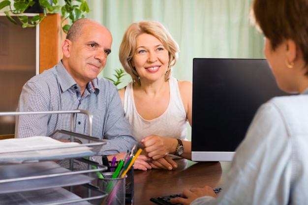casal-de-pensionistas-conversando-com-o-empregado_1398-4339