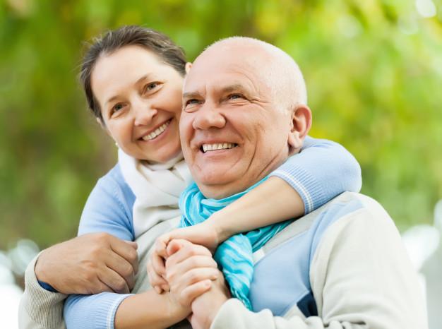 retrato-de-um-jovem-casal-maduro_1398-3713